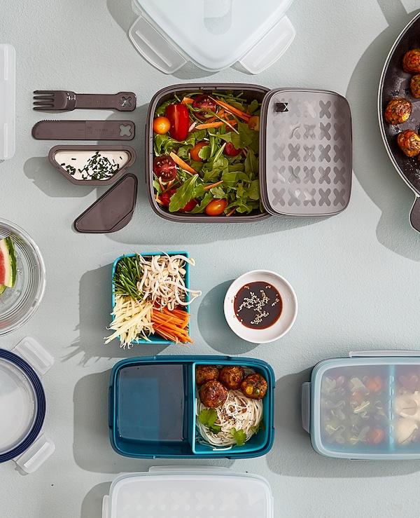 需要午餐盛具?宜家提供各类午餐盛具选择,比如 BLANDNING 布兰林 灰色塑料色拉便当盒,其中包括一个可拆卸调料盛具、一把小刀、一个叉子,盖子下还有放置面包的地方,而且可以用洗碗机清洗。