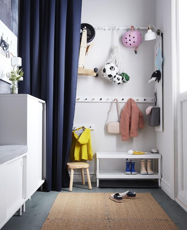 需要针对孩子们打造的门厅巧妙解决方案吗?宜家有许多专为儿童设计的门厅家具。把 LURT 勒尔特 白色六钩晒衣架挂在适合孩子的高度上。宜家厨房产品系列的所有圆把手都适用!