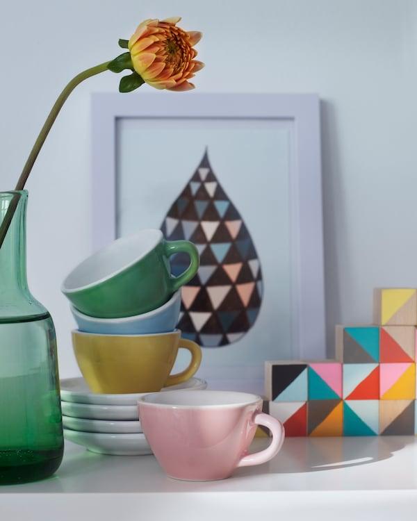 选用色调主题可让展示系列更显和谐,比如这个瓷器、图片和装饰花枝系列。