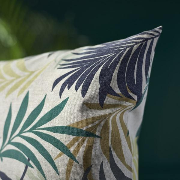 选用饰有彩色叶子图案的 GILLHOV 基尔霍夫 柔软棉质垫套,为家中增添热带风情。