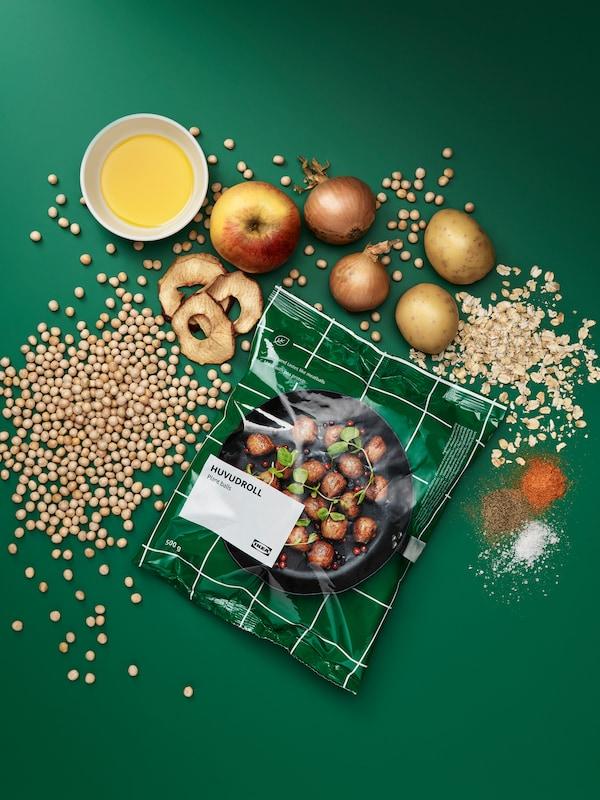 一袋HUVUDROLL 胡福多 植物蛋白素肉丸,周围散放着各种未经加工过的食材:豌豆、燕麦、土豆、洋葱、苹果、调味料。