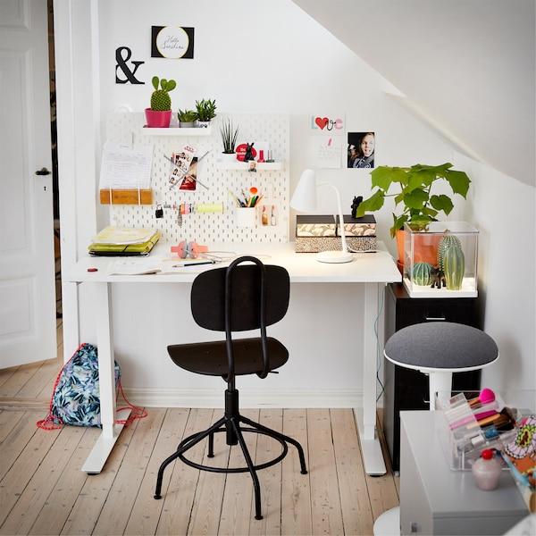 一方小小的学习天地,摆放着一张白色升降桌和一把黑色转椅。