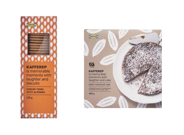 一个橙色盒子里装着字母形饼干,前面是一个棕色盒子,里面装着一块巧克力蛋糕。