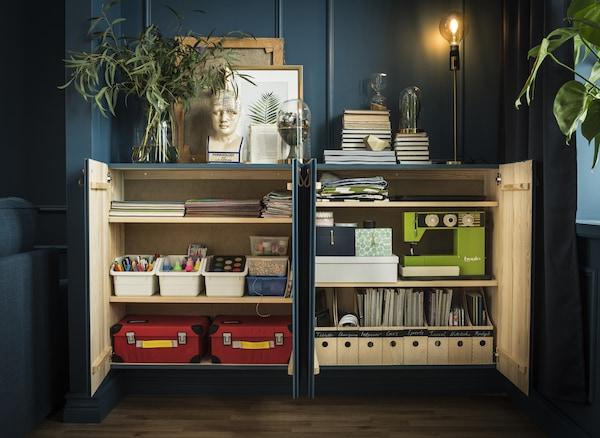 一个储物柜内部经过归整,用于收纳杂志、缝纫机和各种其他物品。