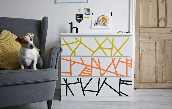 一个用纸胶带装饰的抽屉柜