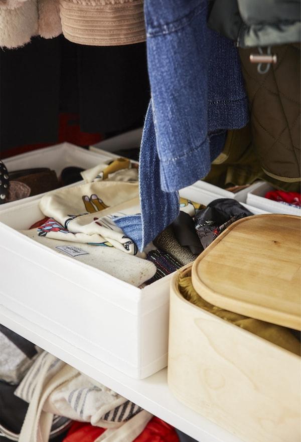 衣柜内的悬挂空间和储物盒。