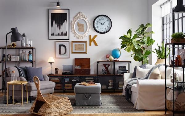 一间客厅,有着画廊墙壁,配有工业气息的木制家具和金属搁架。