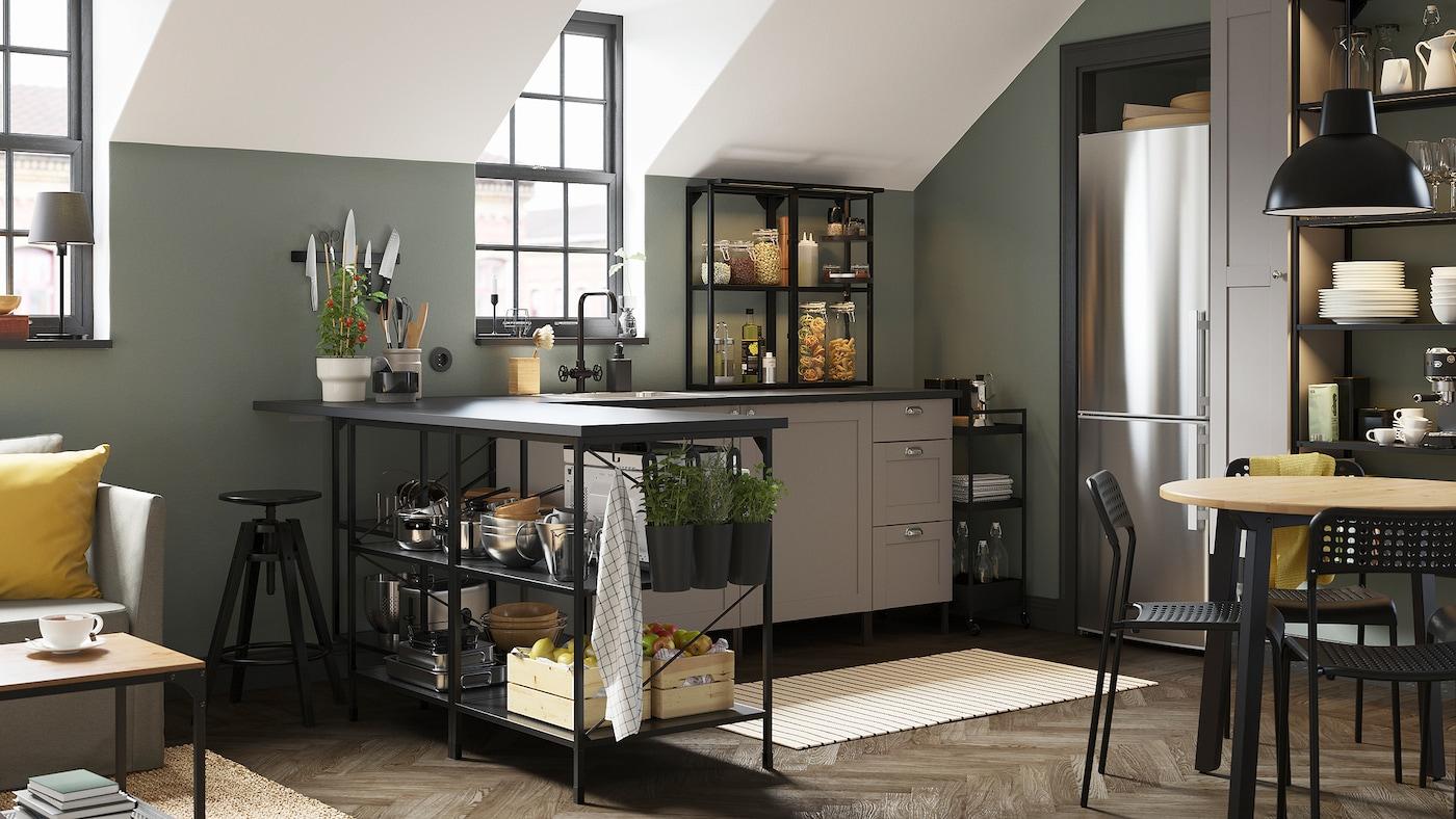 一间炭黑色/灰色转角厨房,一个黑色手推车、一块条纹地毯和装着新鲜香草的黑色盛具。