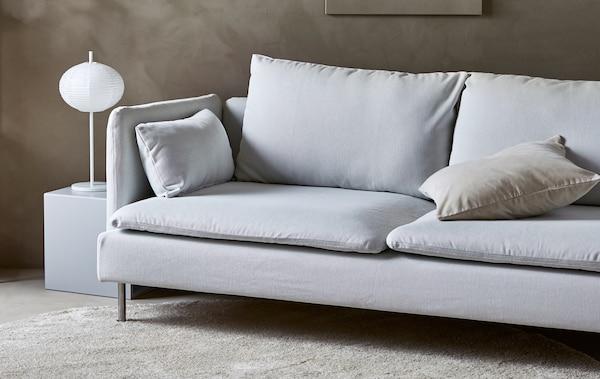 一间温馨的沙色极简风格卧室中放着一张现代风格的沙发
