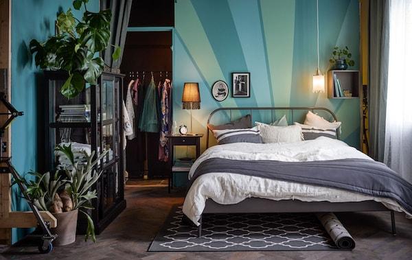 一间卧室洋溢着充满时尚气息的新艺术风格。