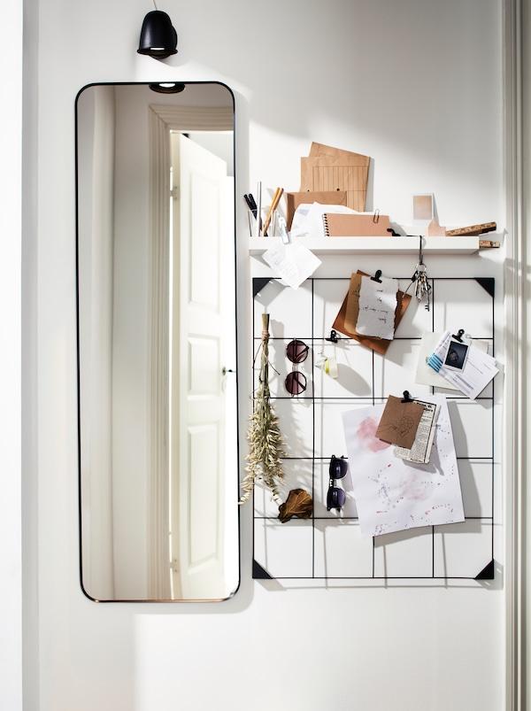 一块长方形的LINDBYN 林德比恩 镜子,一个黑色钢制SÖSDALA 索斯达 记事板和搁板,可存放便签和墨镜。