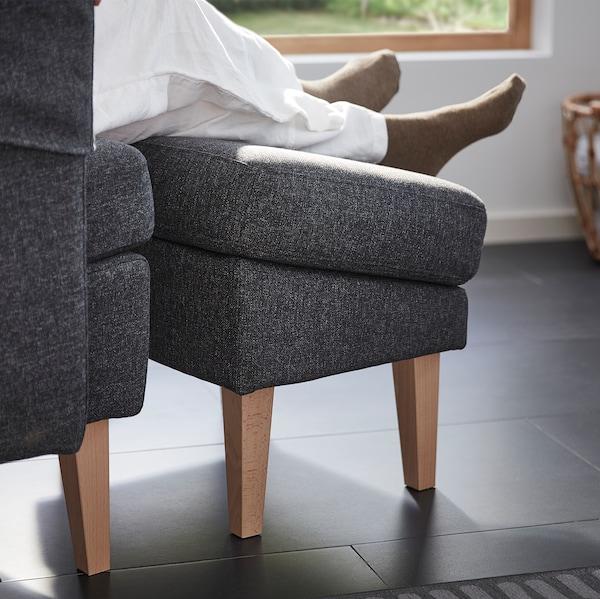 一双腿和脚搁在 OMTÄNKSAM 沃姆安克萨姆 脚凳上放松休息。由于角度设计合理,因此不会影响血液循环。