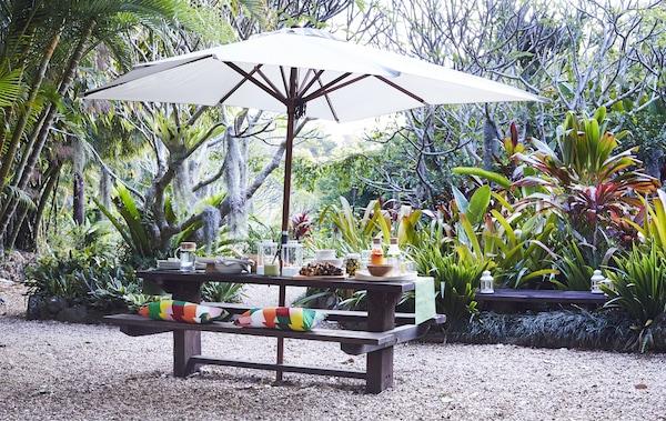 一套户外桌凳和阳伞。