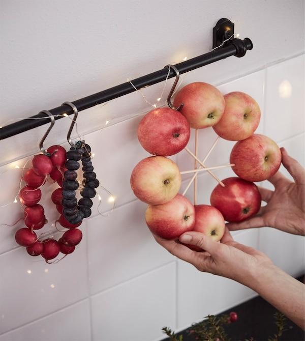 一位室内设计师把一个苹果当作装饰物,挂在厨房操作台上方。
