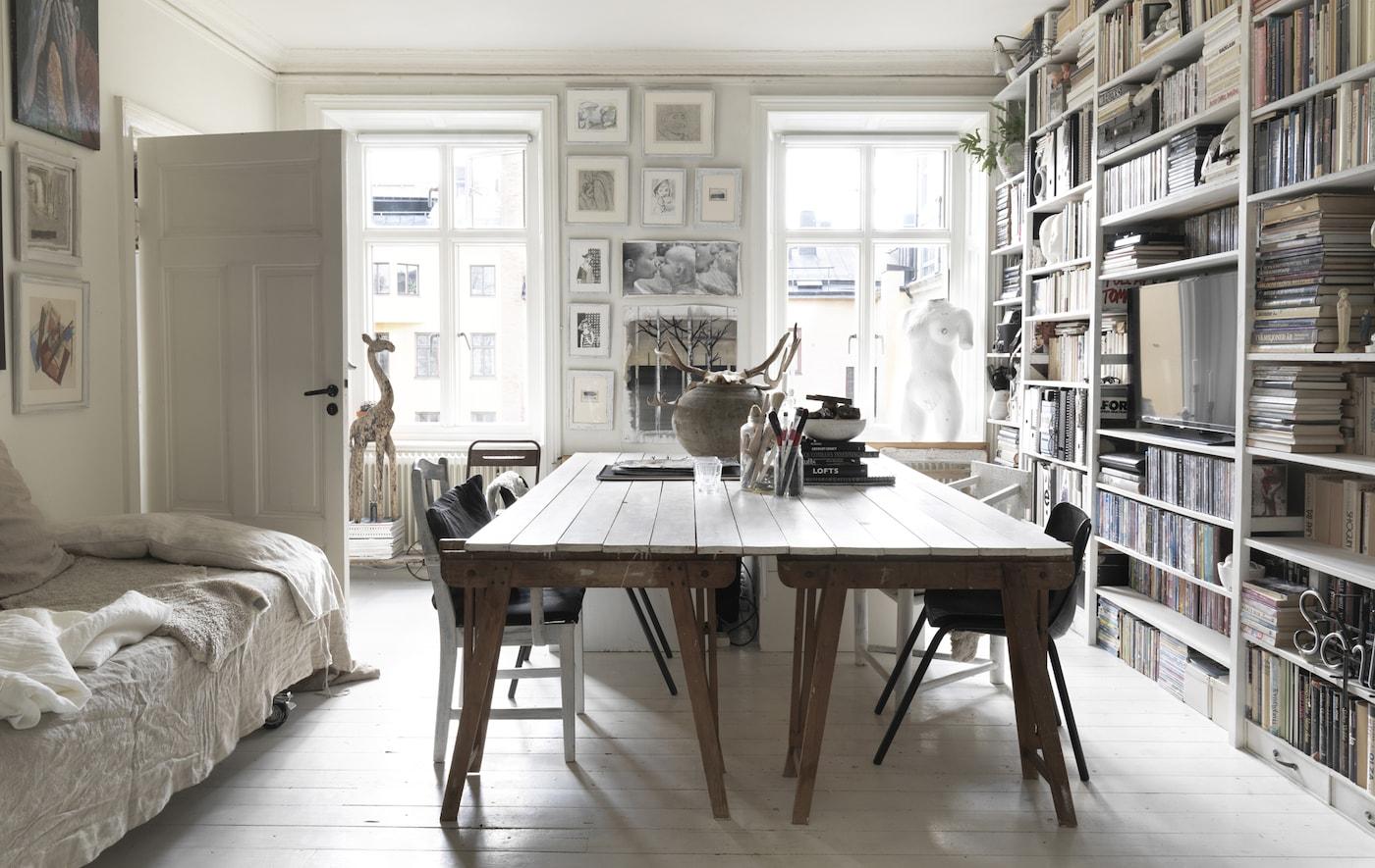 一张大餐桌和书架墙。