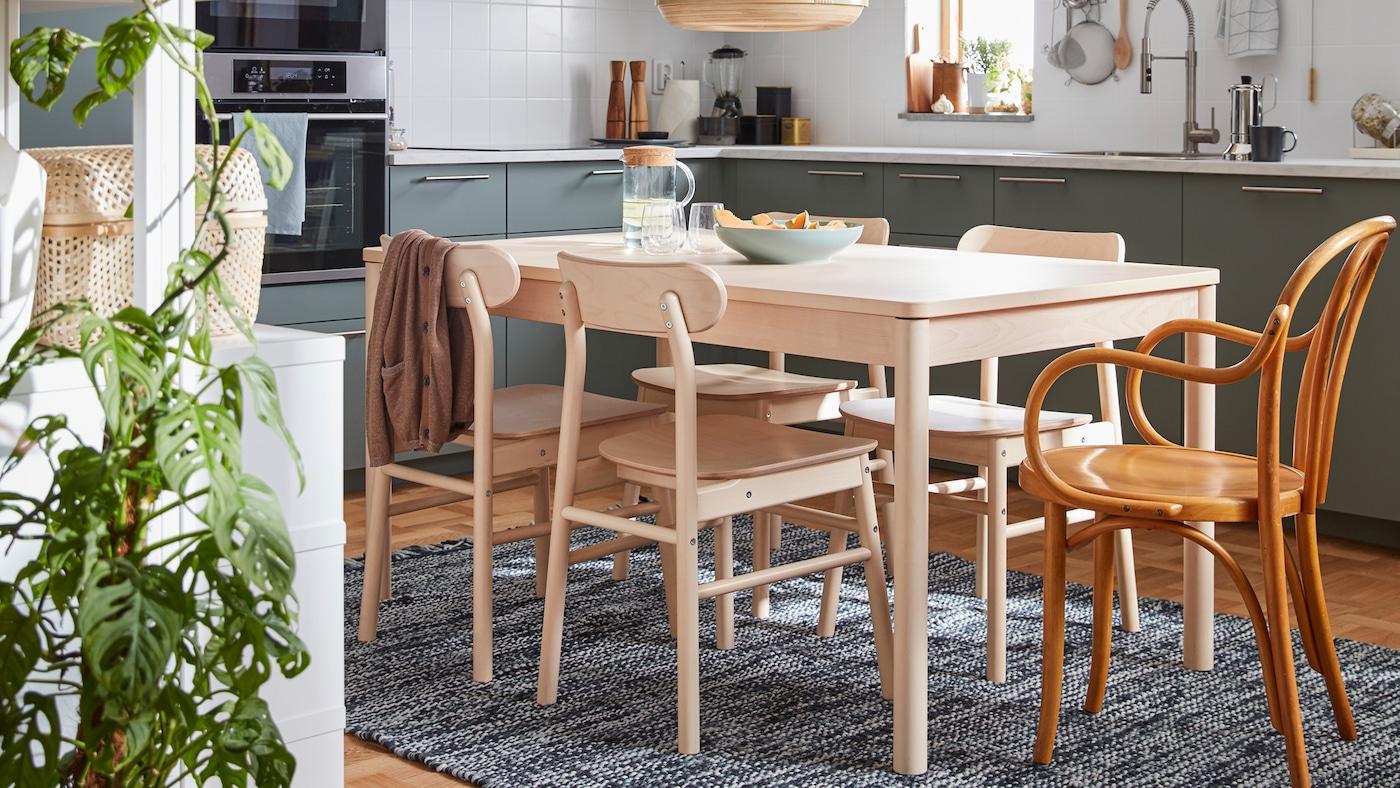 一张桦木餐桌和四张RÖNNINGE 瑞宁 系列椅子,还有一张60年代的宜家椅子。