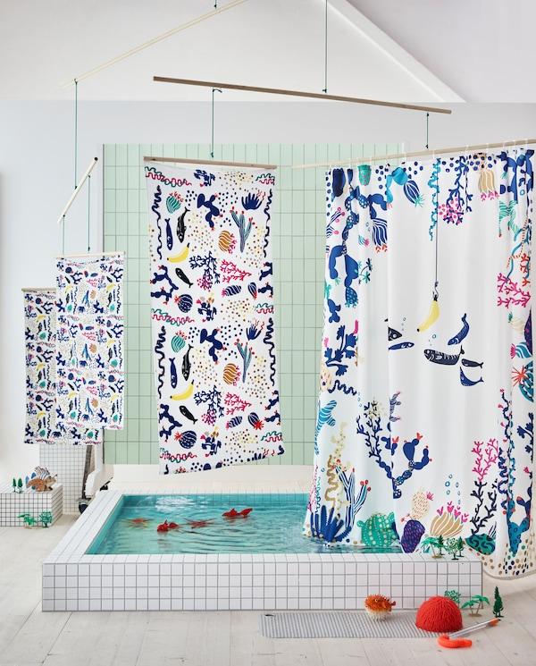 宜家 BILLSJÖN 比雪恩 毛巾和 LASJÖN 拉斯逊 浴帘色彩鲜艳,带有趣味珊瑚及小鱼图案。