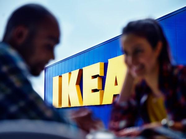 宜家创立于瑞典阿姆霍特,现已发展成为一家跨国企业。宜家标志采用了和瑞典国旗一样的黄色和蓝色。