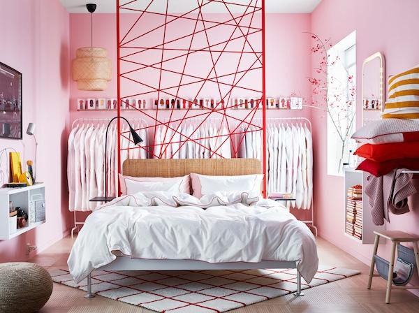 宜家 DELAKTIG 迪拉提 是一款可以定制打造的床架,这意味着你可以进行自主设计。这间全粉色卧室自豪地在其中心位置展示着这款沙发床,沙发床上还搭配有带红色滚边的清新的 KUNGSBLOMMA 昆布鲁玛 白色床单。