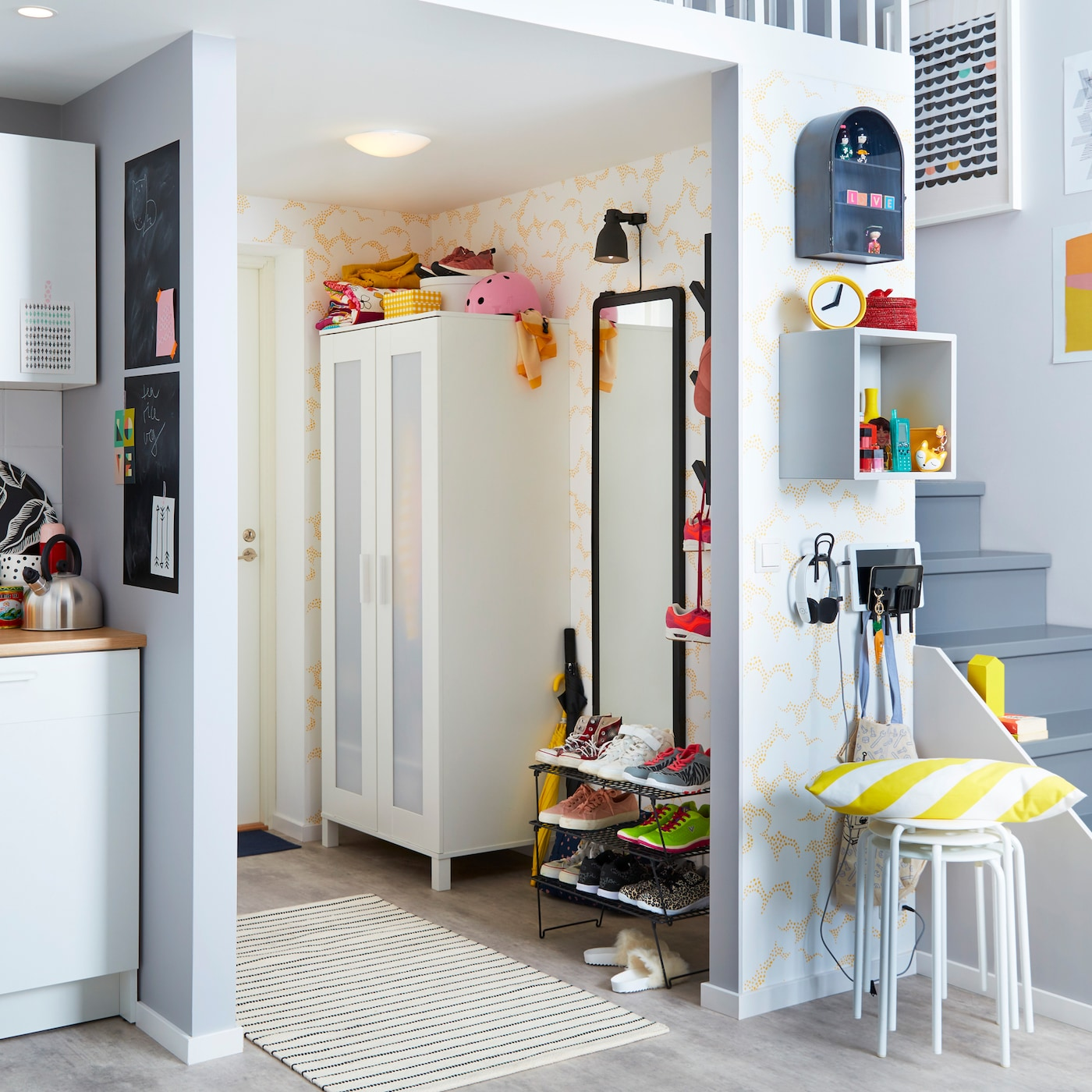 宜家 GREJIG 格雷伊格 黑色网格鞋架与白色 ANABODA 小型衣柜适用于小型空间,帮你打造整洁紧凑的小门厅。