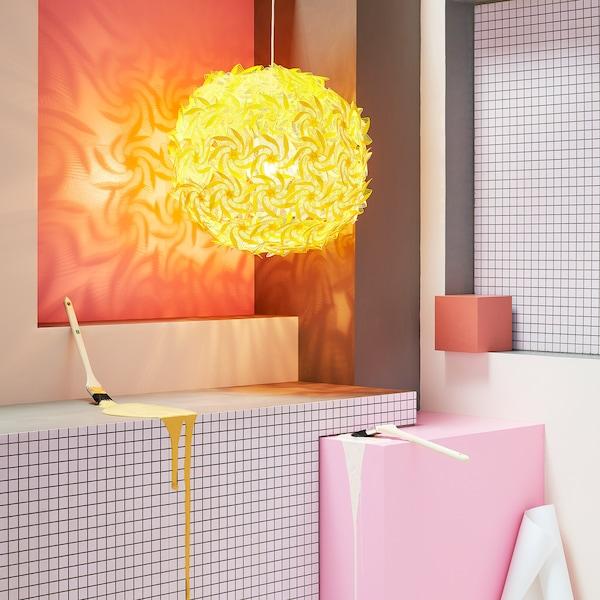 宜家 GRIMSÅS 格林萨 黄色吊灯在墙上投射出有趣的海星和玩具风车造型。这款球形灯具投影出的造型源自84根钢质灯臂末端的塑料模型。