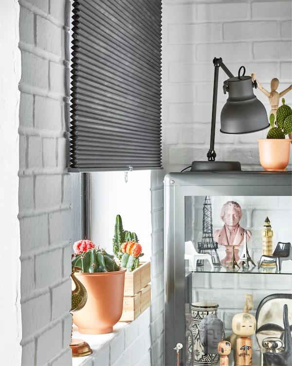 宜家 HOPPVALS 霍普沃 灰色六边形百叶帘遮挡着半边窗户,有助于日夜遮挡光线。