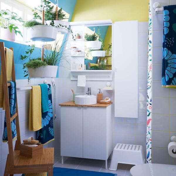 宜家 LILLÅNGEN 利兰根 浴室家具系列是适合小型浴室和租户的理想无钻孔解决方案。使用 SANDVILAN 桑德维兰 亮蓝色和深绿色花卉浴巾以及植物,让你的浴室焕然一新。