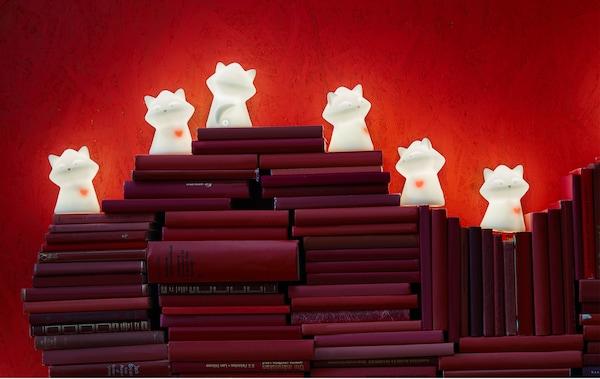 宜家 LURIGA 鲁里加 浣熊夜照明灯可以驱走恐惧,让你安心入睡。它还有一颗跳动的红心,帮你传递丝丝爱意。你还可以把红色书籍堆叠成爱心状,并在顶部放置几盏 LURIGA 鲁里加 照明灯。