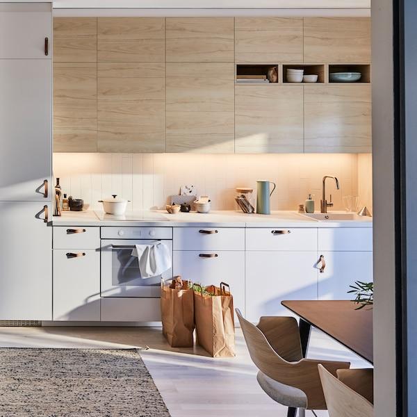 宜家 METOD 米多 厨房搭配 ASKERSUND 阿斯克松 浅色仿白蜡木柜门,再选用黄麻和羊毛混纺的 MELHOLT 美尔霍特 平织地毯,便可打造出充满禅意的厨房。