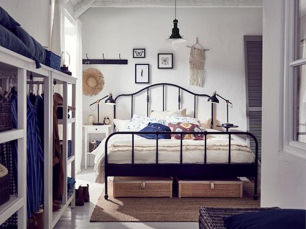 宜家 SAGSTUA 萨格斯图阿 经典风格床架饰有黄铜细节。富有弧度的床头板和黄铜色装饰细节让坚硬的钢架结构变得柔和起来。