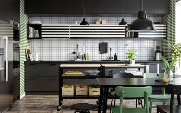 宜家 SEKTION 赛孔 厨房还可进一步定制打造,与 YTTERBYN 约特布恩 柜门搭配,其图案经典有趣,包括黑白条纹和波点等。