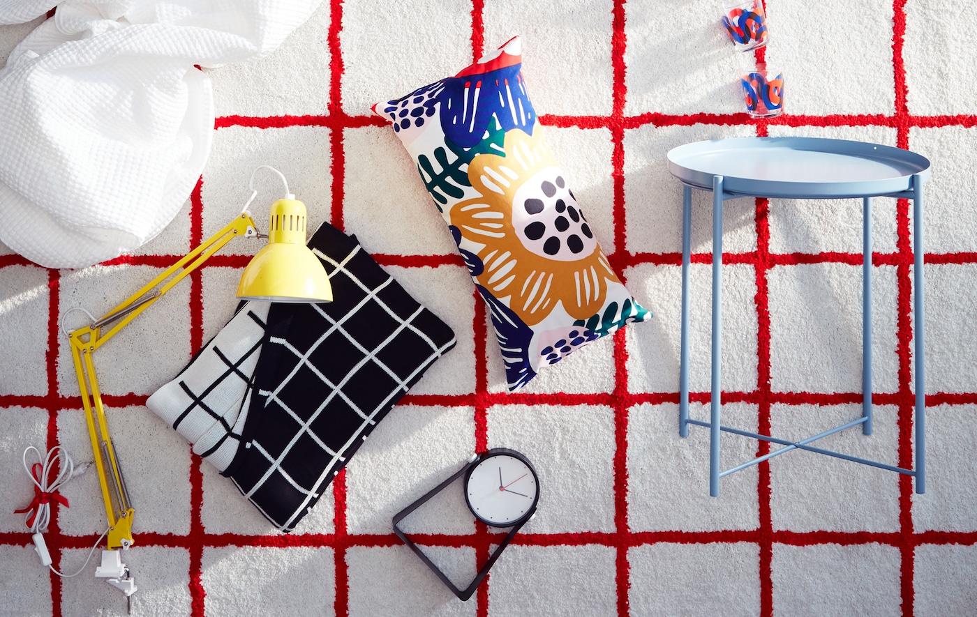 宜家 SIMESTED 西姆斯泰 白色地毯饰有亮红色正方形图案和长绒,能为配套产品营造出众的背景。
