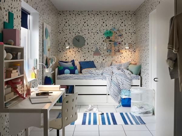 宜家 SLÄKT 斯莱克 白色床架可以放进青少年或儿童的小卧室。它配备四个滑动抽屉,两个开放式搁板可展示物品或书籍。