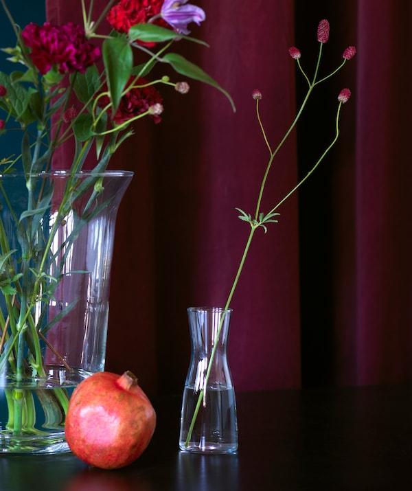 宜家 TIDVATTEN 提瓦顿 等简约的玻璃花瓶与浓郁的深色调相得益彰。
