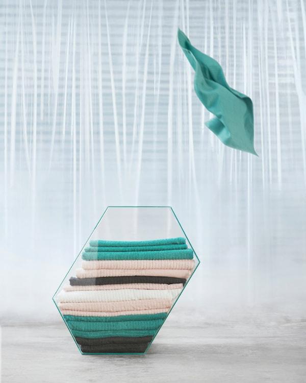宜家 VÅGSJÖN 沃格逊 棉质毛巾有青绿色、浅粉色、深蓝色和白色四种颜色可选,并分为客用毛巾、洗手巾和浴巾三种尺寸。毛巾十分实用,绒布毛巾部分带有条纹,吸水性更强,而且快干。