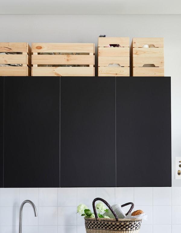 宜家有许多可以在橱柜顶部使用的储物家具,比如采用耐用实心松木制作的 KNAGGLIG 卡纳格 储物盒。这些储物盒的容量很大,可以叠放,可以在上面喷漆、染色或上油,从而跟你的厨房风格完美搭配。