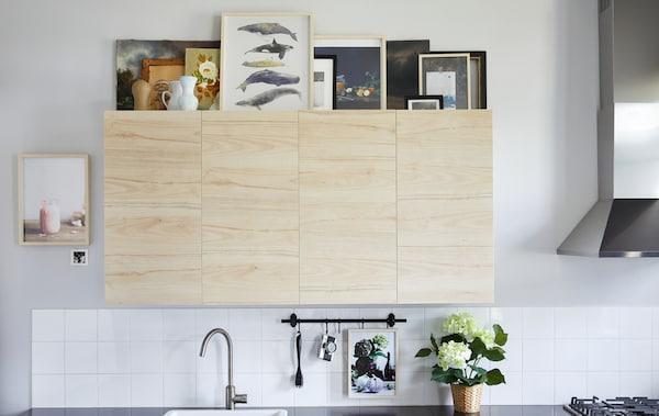 宜家有许多利用厨房橱柜顶部的创意,比如打造一个艺术画廊。选择一到两个画框装饰,比如充满现代感的 HOVSTA 霍斯达 桦木画框,营造宁静的氛围。选择不同的尺寸,营造错落有致的效果,并选择从远处也能轻松看到的款式。