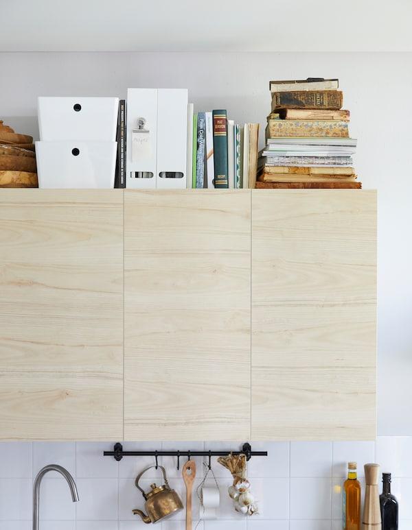 宜家有一些产品可以用作配方卡储物盒,比如使用耐用的白色回收PET塑料制作的 KUGGIS 库吉斯 附盖储物盒。这些储物盒可以叠放。我们把它们放在橱柜上面的瑞典美食手册旁,制作成配方卡收纳库。