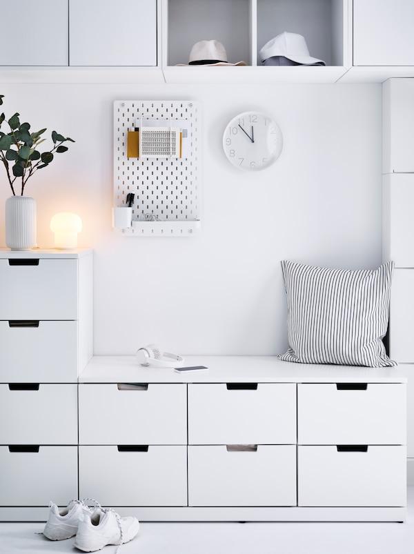 用白色NORDLI 诺德里 抽屉柜组合的门厅储物方案,包括立式的四个抽屉,以及兼作长凳的六个抽屉。