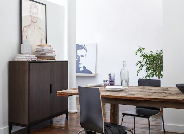 用餐区摆放着木质餐桌和棕色柜子。