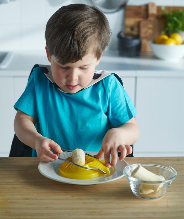 用鸡蛋切片机来切割各种各样的食品,比如放在酸奶里的香蕉。不需要用到任何刀具。
