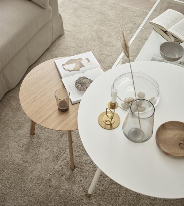 用几张不同形状的小桌子代替一张大茶几。