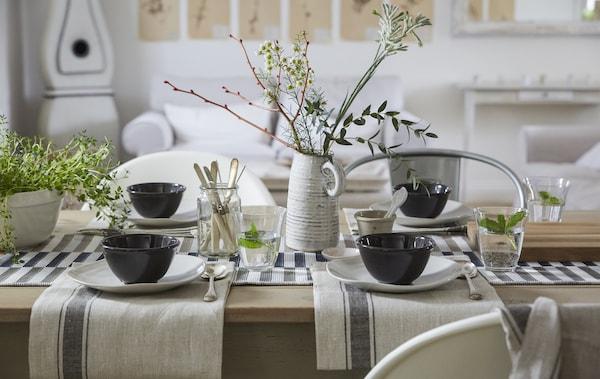 用棉质餐巾布置色彩素净的餐桌,风格简约,中心装饰效果自然清新。