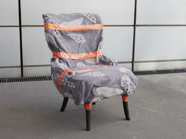 用 OMBYTE 欧姆比特 搬家防护毯和包装带打包椅子,提供完善防护。
