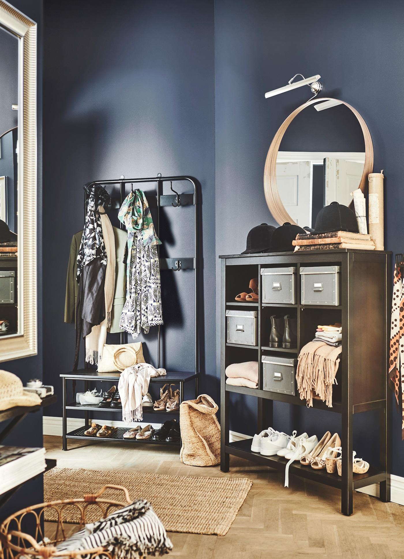 用宜家 HEMNES 汉尼斯 储物单元和 PINNIG 佩尼格 衣帽架来整理你的门厅。这两款产品拥有一体式长凳和鞋履收纳搁板,可以将你的杂物与鞋履归置整齐。