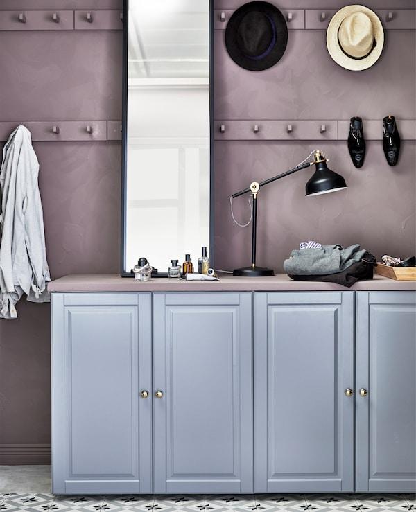 有了灵活且便于调整的 ELVARLI 爱尔瓦丽 储物系列产品,你就几乎可以在任何空间布置伸手可取式衣柜、步入式衣柜和转角储衣角柜。