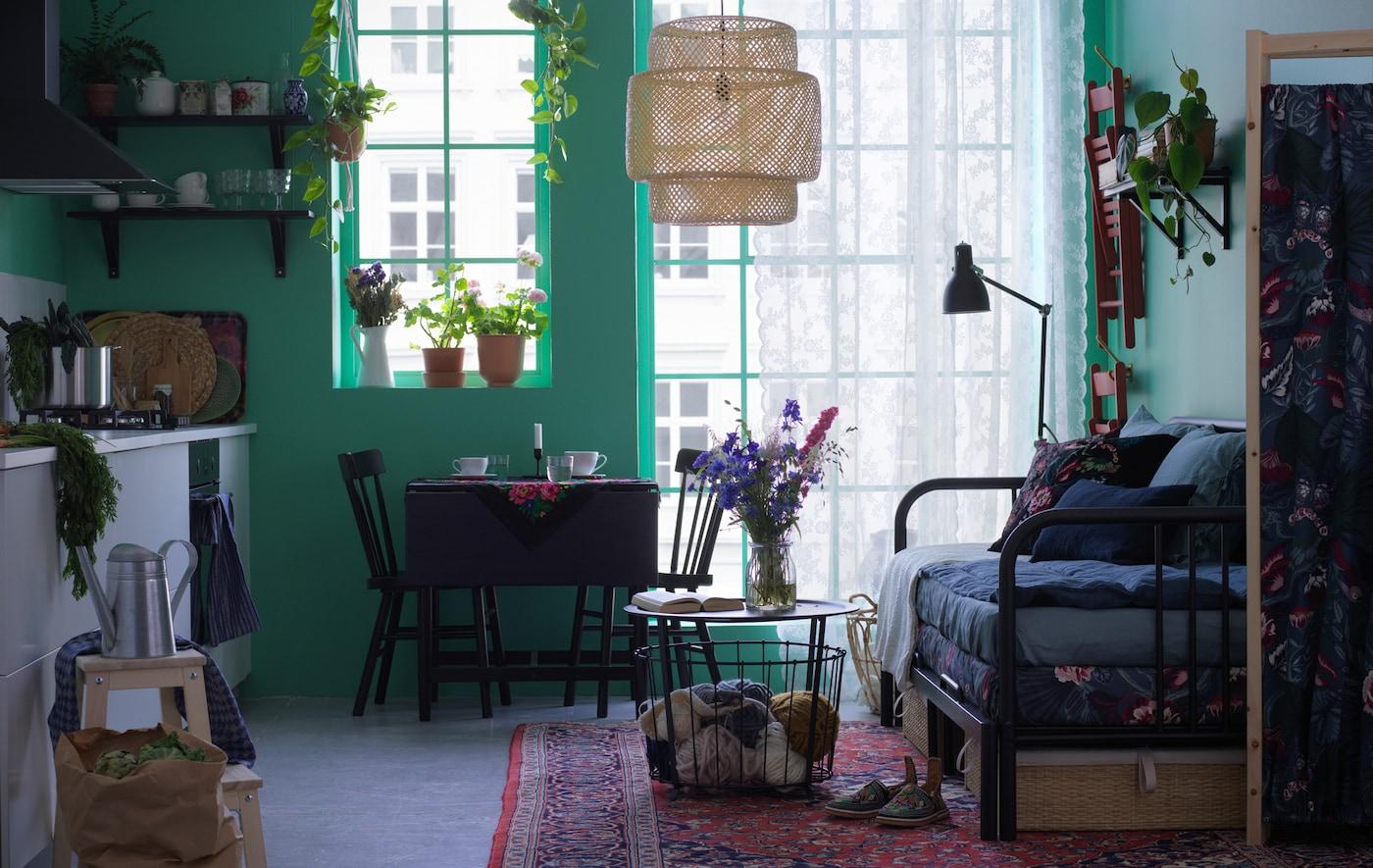 有临时来客时,你能让他们在宜家 FYRESDAL 费斯多 坐卧两用床上舒适地休息。