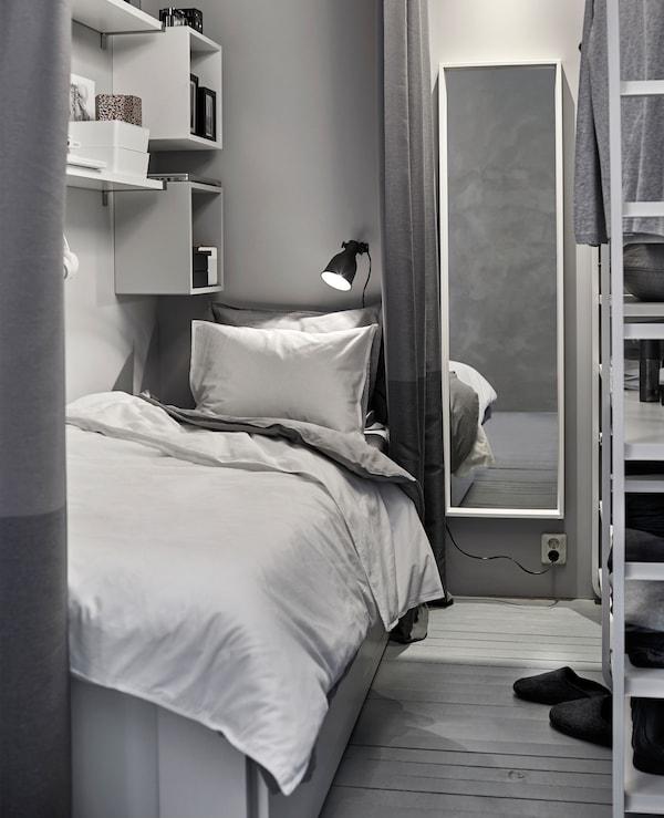 与衣柜共享空间,在衣柜旁打造白色和灰色的迷你睡眠空间。
