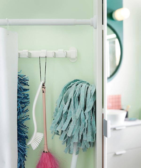 浴帘沿着浴室墙壁隔出一片小天地,拉开浴帘即可看见挂在浴帘后的一排清洁设备。