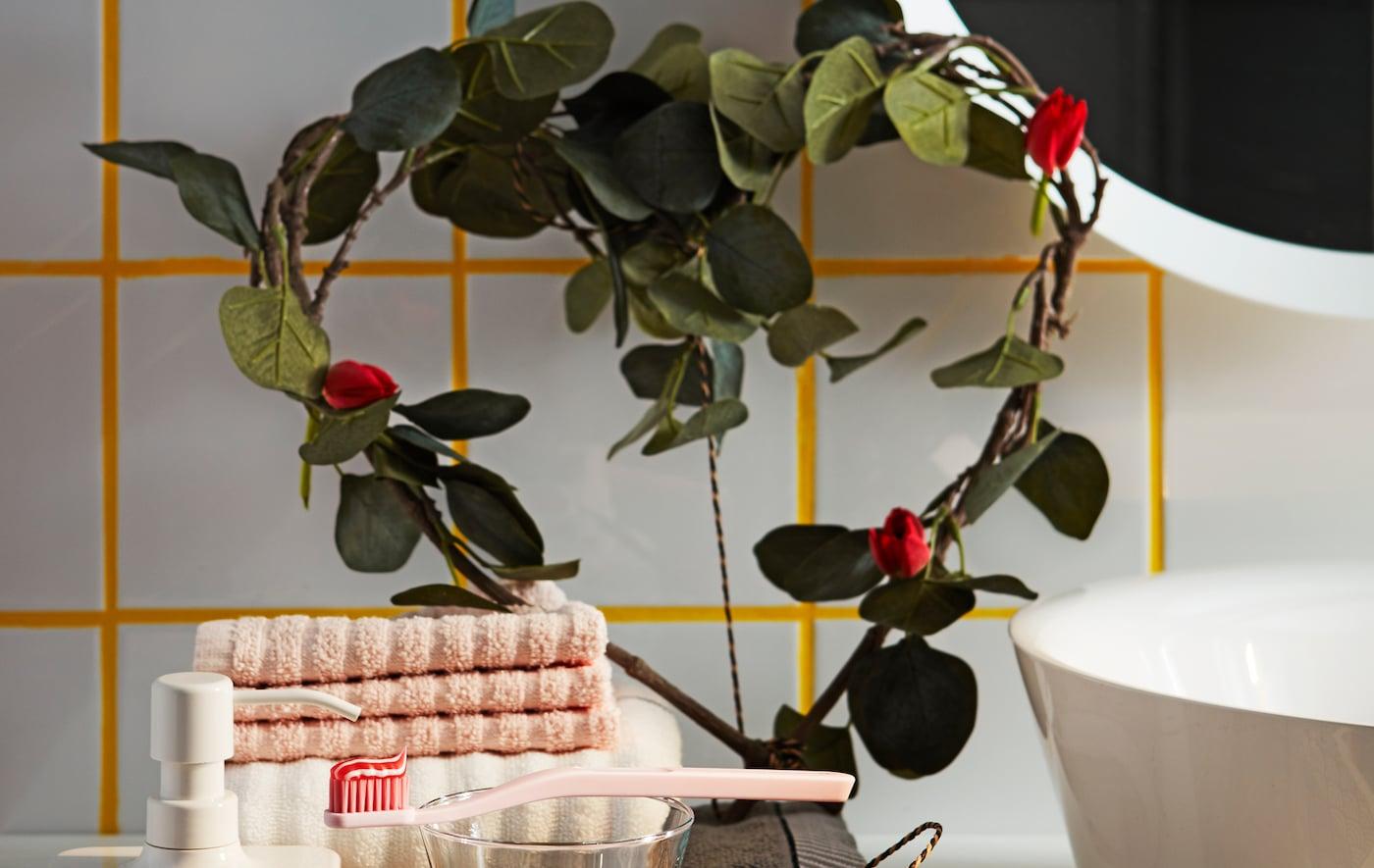 浴室搁板上装点着宜家仿桉木绿色心形 SMYCKA 思米加 人造枝叶。